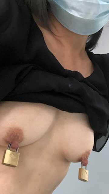 【画像】物足りず乳首に南京錠をして1日中感じてる変態M女